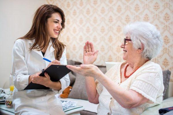 Para conviver com os sintomas daDoença de Alzheimer, a família e cuidadores devem saber identificá-los, aceita-los e diferenciá-los de atitudes anteriores dos pacientes.