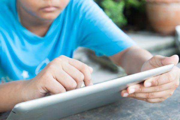 Edição do dia 06/10/2017 06/10/2017 07h32 - Atualizado em 06/10/2017 08h58 Pesquisa alerta sobre acesso de crianças a temas impróprios na web